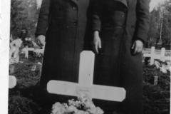 1609_anna_ruotsi_ja_maria_palokas_mikko_samsonof-veljen_haudalla_joensuussa_1940-suuri
