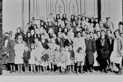 6365_aitienpaivana_kirkon_edessa-suuri
