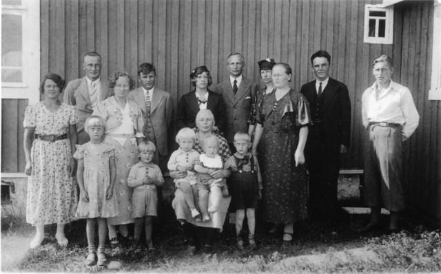2708_valassilla_1937_ruotsin_ja_latvuksen_sukua_latvuksen_talon_edessa-suuri