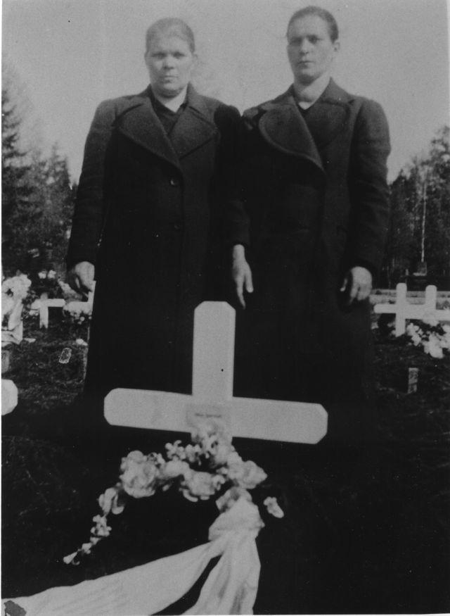 8847_anna_ruotsi_ja_maria_palokas_heikin_ja_mikon_haudalla_v_1940-suuri
