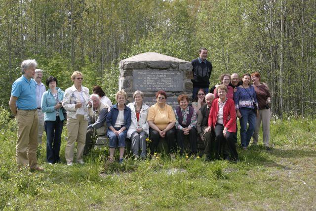 5667_matkalaiset_palkjarven_muistokivella.