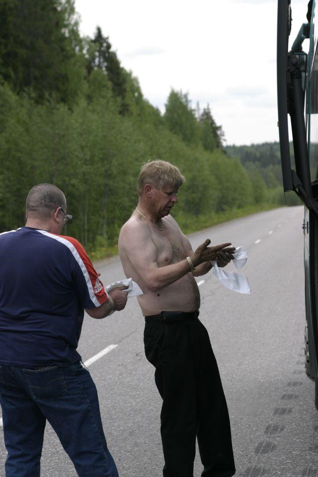 5722_kuljettaja-hannu_korjaa_autoaan.