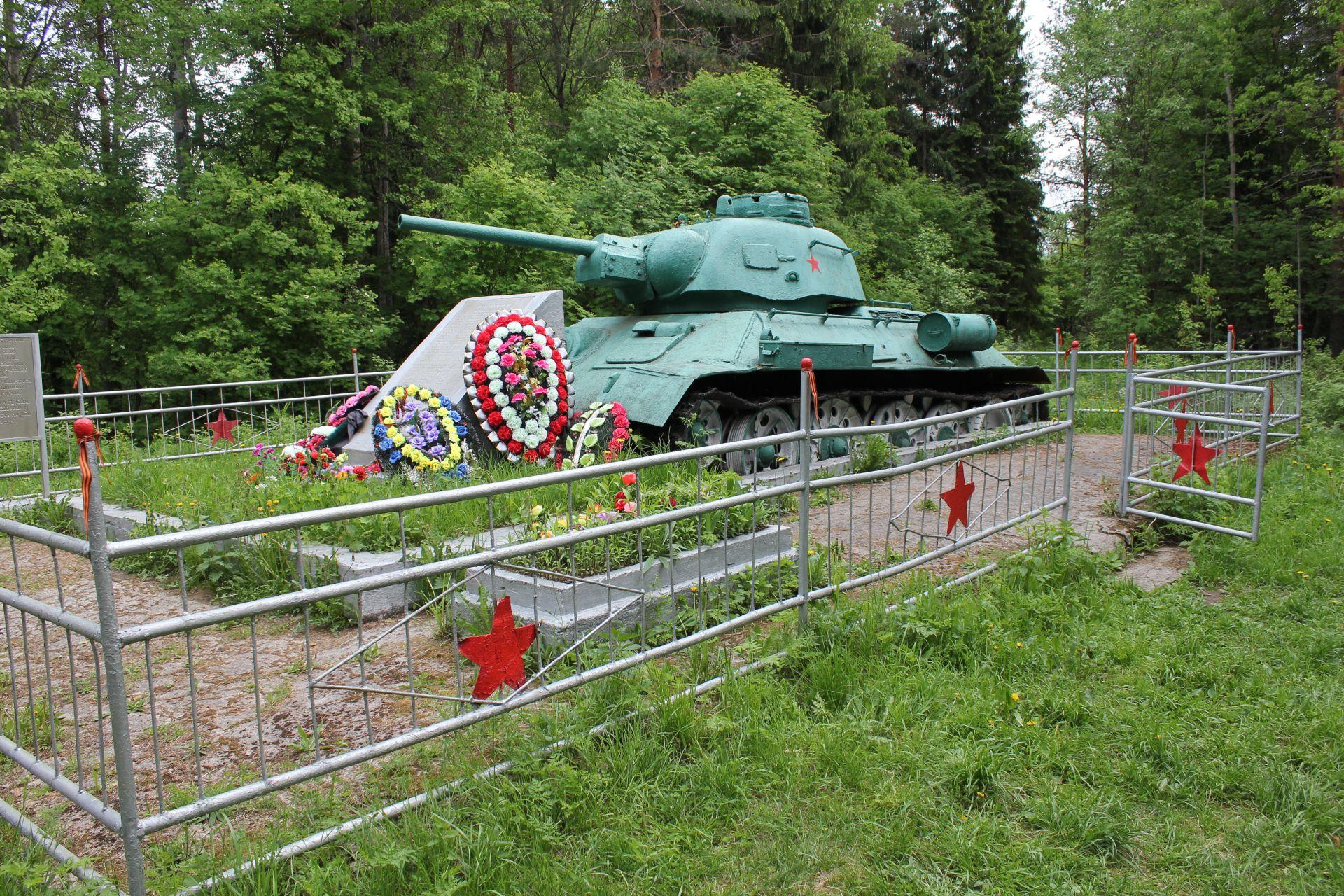 6220_sammatus_puna-armeijan_panssarivaunu